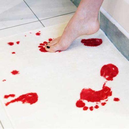 Blutspuren auf Badevorleger